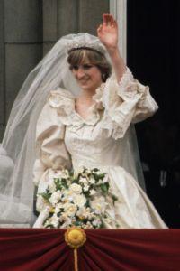 princess-diana-wedding-dress-waving-1519605219